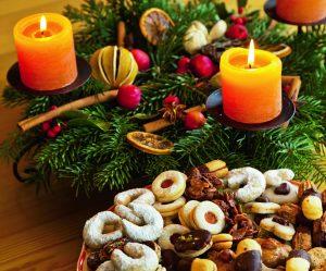 Ein Teller mit Pl‰tzchen zu Weihnachten. Mit Adventskranz.